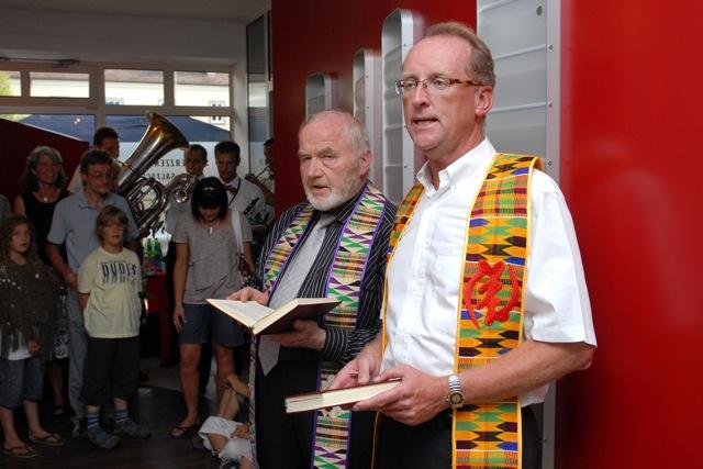 Pfarrer Pinzl und Modschiedler beim festlichen Akt