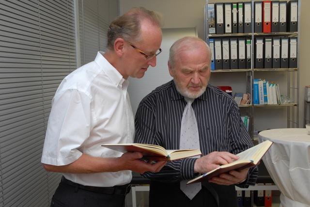 die beiden Pfarrer Karlheinz Modschiedler und Max Pinzl stimmen sich vor der Feierlichkeit ab