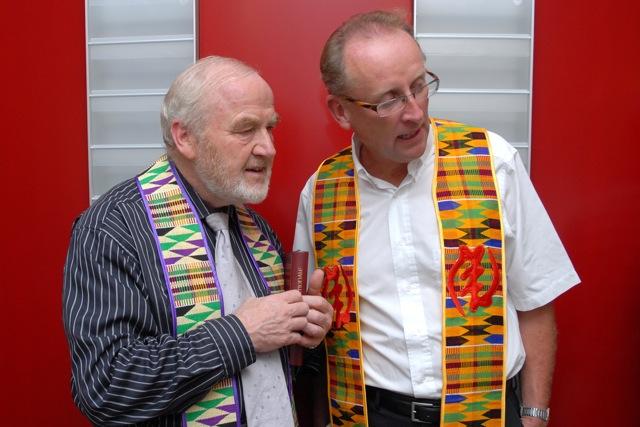 die beiden Pfarrer Pinzl und Modschiedler im festlichen Ornat